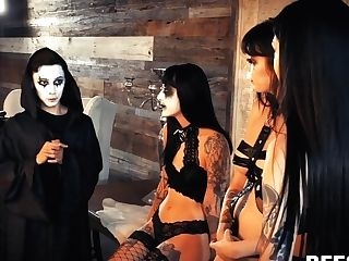 Satanic Girl-on-girl Sect Arranges Switch Roles Group Sex With One Cool Dude